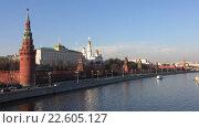 Купить «Вид на Московский Кремль и Москва-реку с Большого Каменного моста», видеоролик № 22605127, снято 17 апреля 2016 г. (c) Алексей Ларионов / Фотобанк Лори