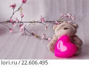 Милый плюшевый мишка c декоративным сердцем (2016 год). Редакционное фото, фотограф Светлана Скрипник / Фотобанк Лори