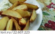Купить «Жареный картофель с соусом», видеоролик № 22607223, снято 12 апреля 2016 г. (c) ActionStore / Фотобанк Лори