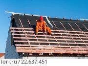 Купить «Монтаж обрешетки крыши на строительстве частного дома», фото № 22637451, снято 10 июля 2006 г. (c) Myroslav Kuchynskyi / Фотобанк Лори
