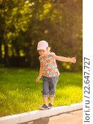 Девочка в розовой кепке идет по поребрику. Стоковое фото, фотограф Анна Кирьякова / Фотобанк Лори