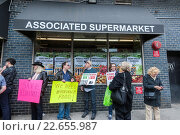 Купить «Several hundred residents of of the Chelsea and Greenwich Village neighborhoods rally in front of the Associated supermarket on West 14th street. The supermarket...», фото № 22655987, снято 13 марта 2016 г. (c) age Fotostock / Фотобанк Лори