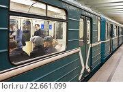 Купить «Люди в вагоне Московского метро», фото № 22661099, снято 21 апреля 2016 г. (c) Victoria Demidova / Фотобанк Лори