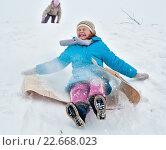 Купить «Девочка спускается вниз на линолеуме по снежной горке», эксклюзивное фото № 22668023, снято 8 января 2011 г. (c) Игорь Низов / Фотобанк Лори