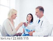 Купить «doctor giving tablets to patient in hospital», фото № 22669115, снято 6 июля 2013 г. (c) Syda Productions / Фотобанк Лори