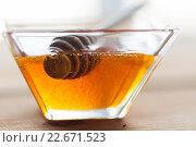Купить «close up of honey in glass bowl and dipper», фото № 22671523, снято 7 апреля 2016 г. (c) Syda Productions / Фотобанк Лори