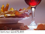 Сухие листья и ракушки, постановочное фото. Стоковое фото, фотограф Наталья Саратова / Фотобанк Лори