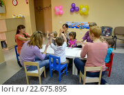 Купить «Совместная игра детей с родителями за столом. Студия творческого развития», фото № 22675895, снято 17 апреля 2014 г. (c) Ирина Борсученко / Фотобанк Лори