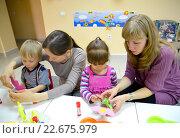 Купить «Маленькие дети и мамы вместе делают аппликации в студии творческого развития», фото № 22675979, снято 17 апреля 2014 г. (c) Ирина Борсученко / Фотобанк Лори