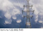 Купить «Опора ЛЭП на фоне вымеобразных облаков», фото № 22682543, снято 20 апреля 2016 г. (c) Алёшина Оксана / Фотобанк Лори