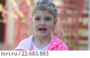 Девочка пяти лет смешно отвечает на простые вопросы. Стоковое видео, видеограф Иванов Алексей / Фотобанк Лори