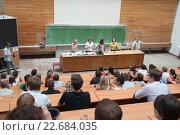 Аудитория ВУЗа во время вручения дипломов выпускникам. МИЭТ, Зеленоград, июль 2013 г. Редакционное фото, фотограф Сайганов Александр / Фотобанк Лори