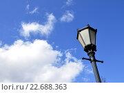 Купить «Уличный фонарь на фоне синего неба с облаками», фото № 22688363, снято 9 апреля 2016 г. (c) Владимир Кошарев / Фотобанк Лори