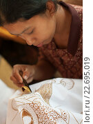 Индонезийская женщина рисует воском на ткани в процессе изготовления батика, фото № 22695019, снято 5 ноября 2008 г. (c) Эдуард Паравян / Фотобанк Лори