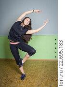 Молодая девушка занимается гимнастикой. Стоковое фото, фотограф Алексей Кокорин / Фотобанк Лори