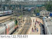 Пассажиры садятся в поезд на платформе (2015 год). Редакционное фото, фотограф Михаил Бессмертный / Фотобанк Лори