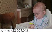 Ребенок собирается есть банан. Стоковое видео, видеограф Aleksey Popov / Фотобанк Лори