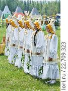 Купить «Девочки в белых одеждах», фото № 22709323, снято 21 июня 2015 г. (c) Роман Фомин / Фотобанк Лори