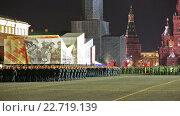 Купить «Ночная репетиция парада на Красной площади в Москве в честь 71-й годовщины Дня Победы. Торжественный марш солдат по Красной площади», видеоролик № 22719139, снято 28 апреля 2016 г. (c) Игорь Долгов / Фотобанк Лори