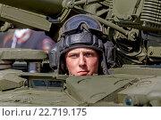 Купить «Празднование Дня Победы в Москве. Торжественное прохождение военной техники. Водитель танка Т-90», эксклюзивное фото № 22719175, снято 9 мая 2015 г. (c) Андрей Дегтярёв / Фотобанк Лори