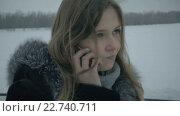 Купить «Замерзшая девушка  говорит по телефону», видеоролик № 22740711, снято 2 мая 2016 г. (c) Юлия Машкова / Фотобанк Лори