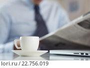 Бизнесмен читает газету за чашечкой кофе. Стоковое фото, фотограф Людмила Дутко / Фотобанк Лори