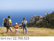 Туристы: папа, мама и сын стоят в горах у моря. Стоковое фото, фотограф Станислав Толстнев / Фотобанк Лори
