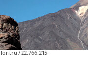 """Купить «Знаменитая скала """"Палец Бога"""" (Roque Cinchado) на фоне вершины вулкана Тейде. Национальный парк Тено, Тенерифе, Канары, Испания», видеоролик № 22766215, снято 18 февраля 2016 г. (c) Кекяляйнен Андрей / Фотобанк Лори"""