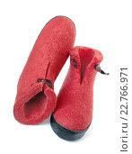 Купить «Ботинки войлочные ярко-красного цвета на балом фоне», фото № 22766971, снято 5 мая 2016 г. (c) Александр Романов / Фотобанк Лори