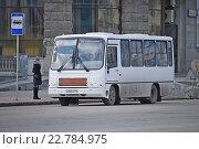 Автобус на остановке (2016 год). Редакционное фото, фотограф Евгений Кузнецов / Фотобанк Лори