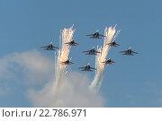 Купить «Пилотажная группа Стрижи и Русские Витязи летают над Красной площадью», фото № 22786971, снято 7 мая 2016 г. (c) Андрей Радченко / Фотобанк Лори