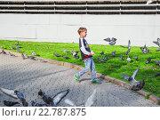 Купить «Мальчик разгоняет голубей на Славянской площади в Москве», эксклюзивное фото № 22787875, снято 9 мая 2015 г. (c) Алёшина Оксана / Фотобанк Лори
