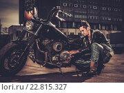 Купить «Biker repairing his custom motorcycle bobber on a road», фото № 22815327, снято 10 апреля 2015 г. (c) Andrejs Pidjass / Фотобанк Лори
