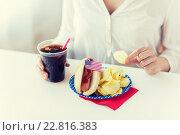 Купить «close up of woman eating chips, hot dog and cola», фото № 22816383, снято 28 мая 2015 г. (c) Syda Productions / Фотобанк Лори