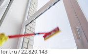 Купить «hands with sponge mop cleaning window at home», видеоролик № 22820143, снято 17 апреля 2016 г. (c) Syda Productions / Фотобанк Лори