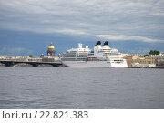 Купить «Круизный лайнер у Английской набережной облачным июльским днем. Санкт-Петербург», фото № 22821383, снято 21 июля 2013 г. (c) Виктор Карасев / Фотобанк Лори