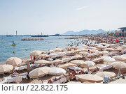 Купить «Множество людей на пляже, Канны, Франция», фото № 22822175, снято 6 августа 2013 г. (c) Olesya Tseytlin / Фотобанк Лори