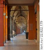 Купить «Галерея с аркадами в Болонье, Италия», фото № 22822179, снято 16 августа 2013 г. (c) Olesya Tseytlin / Фотобанк Лори