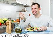 Купить «Adult guy having healthy lunch», фото № 22826535, снято 17 сентября 2018 г. (c) Яков Филимонов / Фотобанк Лори