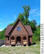 Купить «Деревянный дачный дом с участком земли, зеленые деревья, голубое небо», фото № 22833075, снято 5 мая 2016 г. (c) DiS / Фотобанк Лори