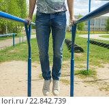 Молодой человек делает упражнение на брусьях на открытом воздухе. Стоковое фото, фотограф Ильнар Ханов / Фотобанк Лори