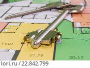 Купить «Ключи и чертеж нового жилого дома», фото № 22842799, снято 24 апреля 2016 г. (c) Сергеев Валерий / Фотобанк Лори
