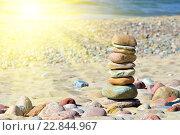 Купить «Пирамида из гальки на солнечном пляже», фото № 22844967, снято 8 мая 2016 г. (c) Сергей Трофименко / Фотобанк Лори
