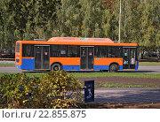 Купить «Оранжевый городской автобус на метане», эксклюзивное фото № 22855875, снято 23 сентября 2015 г. (c) Галина Шорикова / Фотобанк Лори