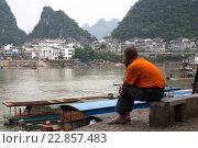 Купить «Китайский мужчина смотрит на центр города Яншо в Гуанси-Чжуанском автономном районе Китая», фото № 22857483, снято 15 мая 2013 г. (c) Николай Винокуров / Фотобанк Лори