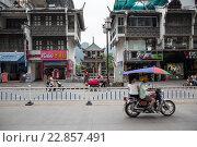 Купить «Дорога в центре города Яншо в Гуанси-Чжуанском автономном районе Китая», фото № 22857491, снято 17 мая 2013 г. (c) Николай Винокуров / Фотобанк Лори