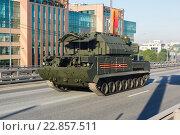 Купить «Мобильная зенитная пусковая установка Тор-М2У на улице Москвы», фото № 22857511, снято 9 мая 2016 г. (c) Mikhail Starodubov / Фотобанк Лори