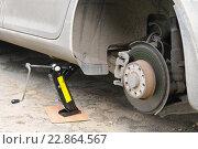 Купить «Замена автомобильного колеса», эксклюзивное фото № 22864567, снято 7 мая 2016 г. (c) Юрий Морозов / Фотобанк Лори
