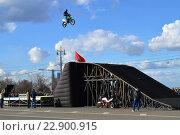Купить «Райдер на экстремальном шоу выполняет трюк на мотоцикле. Открытие мотосезона 2015 в Москве», эксклюзивное фото № 22900915, снято 25 апреля 2015 г. (c) lana1501 / Фотобанк Лори