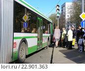 Купить «Очередь на посадку в автобус на остановке. Щелковское шоссе. Москва», эксклюзивное фото № 22901363, снято 30 апреля 2015 г. (c) lana1501 / Фотобанк Лори